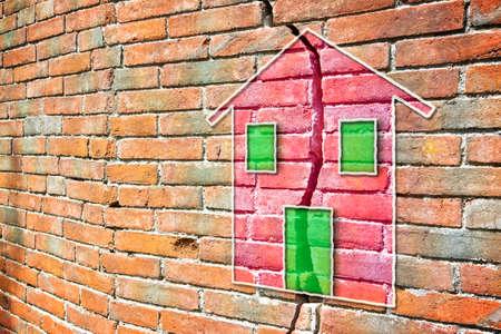 Foto de Cracked brick wall with a colored house drawn on it - Imagen libre de derechos