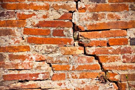 Foto de Deep crack in old brick wall - concept image with copy space - Imagen libre de derechos