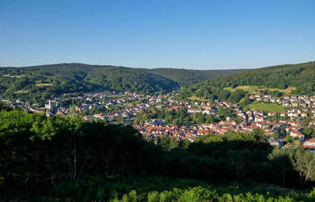 Foto de Beautiful scenic view over the town of Bad Orb and the surrounding hills of the Spessart from the Wartturm on the Molkenberg - Imagen libre de derechos