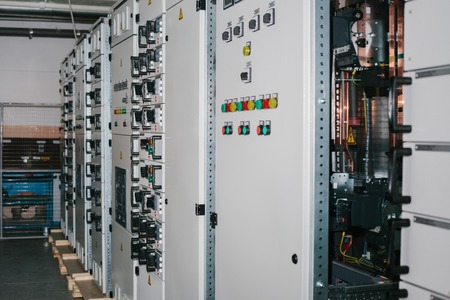 Foto de Manufacture of low-voltage cabinets. Modern smart technologies in the electric power industry. The use of electrical energy in industry. - Imagen libre de derechos
