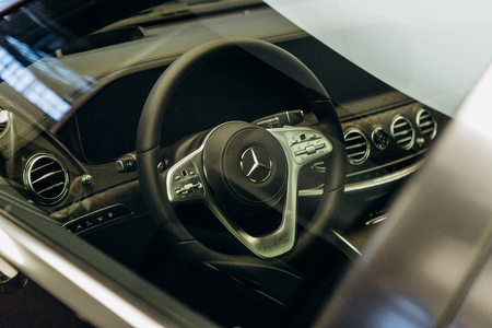 Photo pour Berlin, August 29, 2018: View inside the car on the steering wheel and dashboard of the new Mercedes-Benz Maybach. Prestigious and expensive German car. - image libre de droit