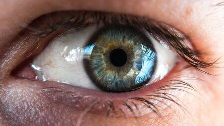Foto de Closeup shot of blue and green human eye - Imagen libre de derechos
