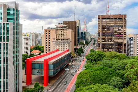 Foto de Avenida Paulista, financial center of Sao Paulo and Brazil and the MASP seen from above with its commercial buildings and intense movement of people and cars - Imagen libre de derechos