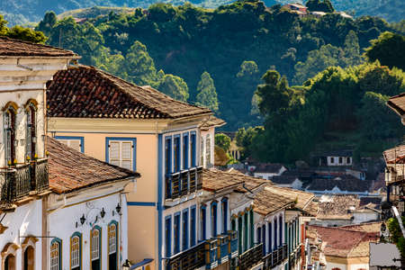 Photo pour Facade of old houses built in colonial architecture with their balconies, roofs and colorful details in the historical city of Ouro Preto in Minas Gerais. - image libre de droit