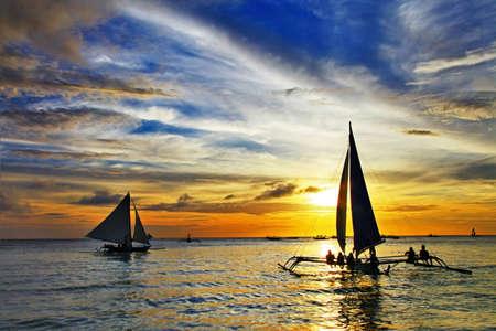 Foto de sailing on sunset - Imagen libre de derechos