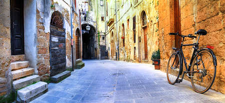 Photo pour charming old streets of medieval villages in Italy - image libre de droit