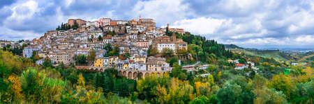 Foto de Impressive Loreto Aprutino village, panoramic view, Abruzzo, Italy. - Imagen libre de derechos