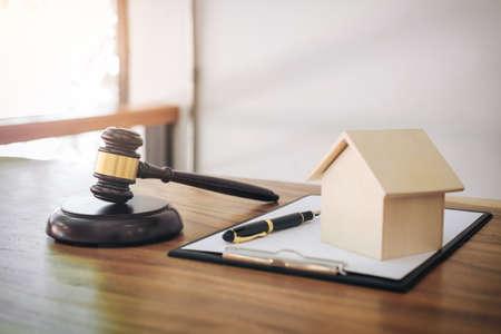 Foto de Gavel on sounding block at courtroom for decide home insurance, Law and justice concept, Settle a house dealing lawsuit. - Imagen libre de derechos