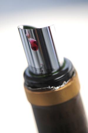 Photo pour Drop stop - Tasting wine in a vinery - image libre de droit