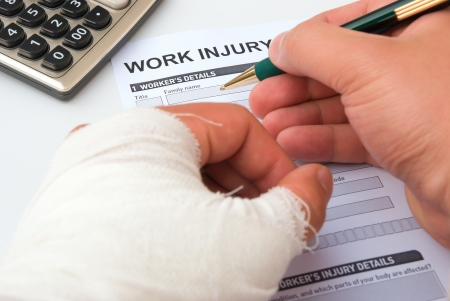 Photo pour filling up a work injury claim form - image libre de droit