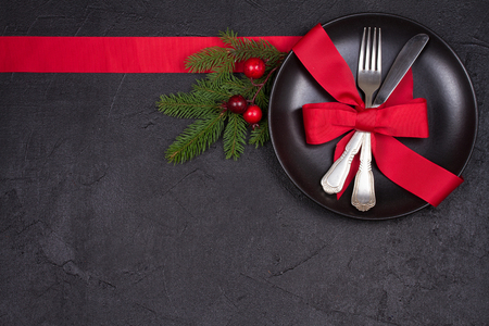 Foto de Christmas table setting with plate, cutlery, red ribbon and berries. Winter holidays and festive background. Christmas eve dinner, New Year food lunch. View from above, top, horizontal - Imagen libre de derechos