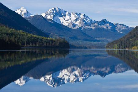 Foto de Mountain Range in British Columbia reflecting on a lake - Imagen libre de derechos