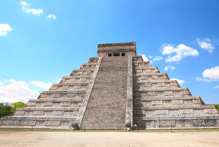 Photo pour Ancient Mayan pyramid (Kukulcan Temple), Chichen Itza, Yucatan, Mexico. - image libre de droit