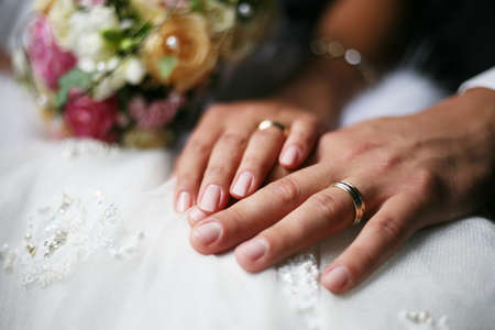 Photo pour Hand of the groom and the bride with wedding rings - image libre de droit