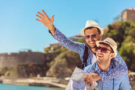 Foto de Two handsome tourists walking through the city. - Imagen libre de derechos
