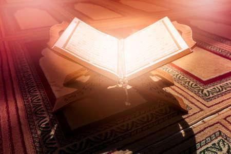 Photo pour Quran in the mosque - open for prayers - image libre de droit