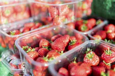 Foto de Close up of fresh and ripe English summer strawberries in punnets on a market stall in the Yorksire in the UK - Imagen libre de derechos