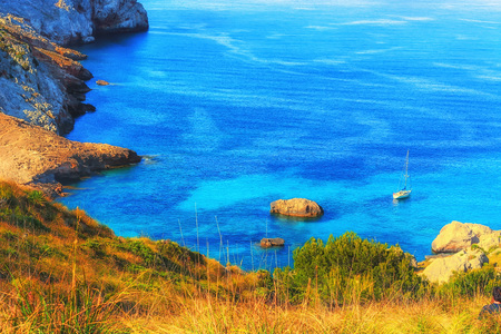 Photo pour Picturesque sea landscape with bay and sailing ship on Mallorca, Baleares in Spain. - image libre de droit