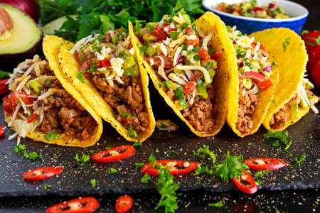 Photo pour Mexican food - delicious taco shells with ground beef and home made salsa. - image libre de droit