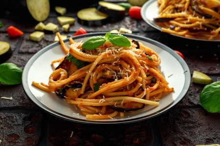 Foto de Vegetarian Italian Pasta Spaghetti alla Norma with eggplant, tomatoes, basil and parmesan cheese. - Imagen libre de derechos