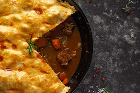 Foto de Traditional English beef beer, ale pie served with carrots and broccoli - Imagen libre de derechos