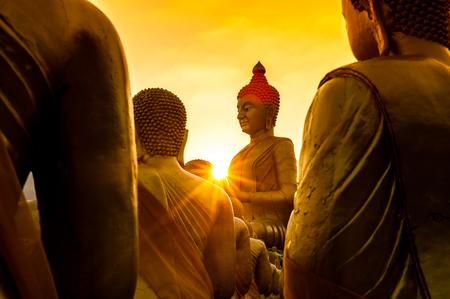 Foto de pay buddha in temple and beautiful sunset - Imagen libre de derechos