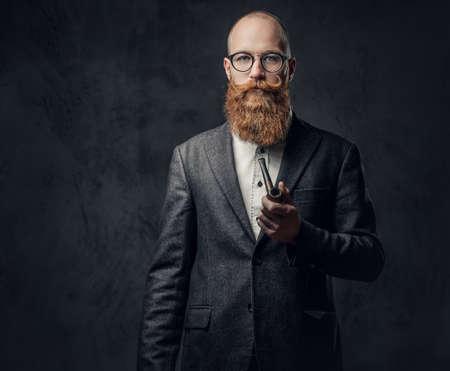 Photo pour A man smoking tradition pipe. - image libre de droit