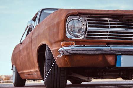 Photo pour Cropped front view of a restored retro car. - image libre de droit