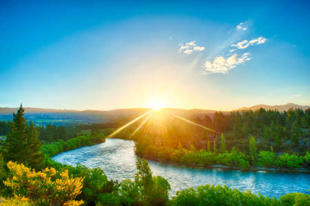 Photo pour Beautiful sunset over the bend of the river Clutha, New Zealand - image libre de droit
