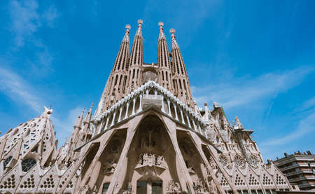 Foto de BARCELONA, SPAIN - April 25, 2018: La Sagrada Familia - the impressive cathedral designed by Gaudi, which is being build since 19 March 1882 and planed finally be done in 2026, Barcelona, Spain - Imagen libre de derechos