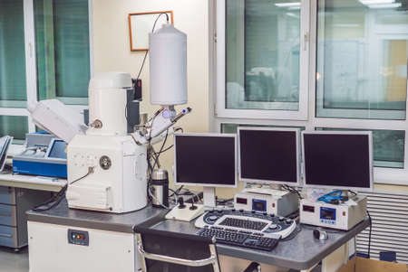 Foto de Scanning electron microscope microscope in a physical lab - Imagen libre de derechos