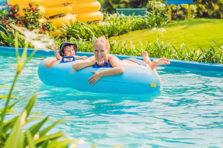 Foto de Mom and son have fun at the water park. - Imagen libre de derechos