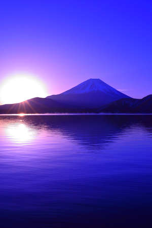 Foto de Mount Fuji and Sunrise from Lake Motou Japan - Imagen libre de derechos