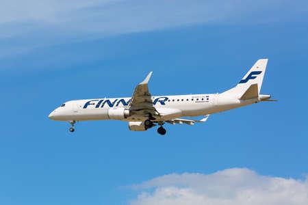 Foto de Moscow, Russia - May, 2018: Embraer ERJ-190LR OH-LKL of Finnair landing at Sheremetyevo international airport in Moscow against blue sky - Imagen libre de derechos