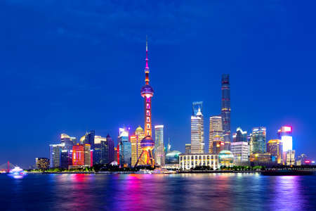 Photo pour Cityscape of Shanghai at twilight sunset. Panoramic view of Pudong business district skyline from the Bund - image libre de droit