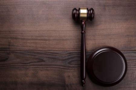 Foto de judge gavel on the brown wooden background - Imagen libre de derechos
