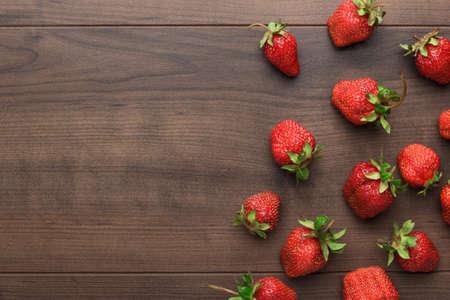Foto de fresh strawberries on the brown wooden table - Imagen libre de derechos