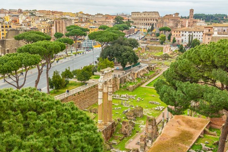 Foto per Scenic shot of Rome with Colosseum and Roman Forum, Italy. - Immagine Royalty Free