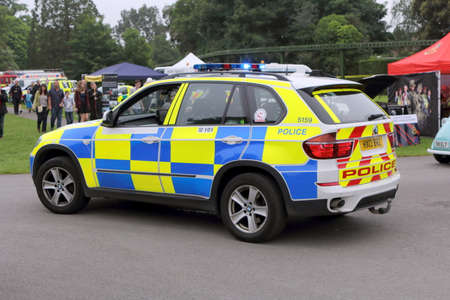 Foto de Beaulieu, Hampshire, UK - May 29 2017: BMW patrol car belonging to the UK Police Force with blue lights flashing attending an incident - Imagen libre de derechos
