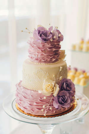 Foto de amazing  wedding cake with sweet flowers on the table - Imagen libre de derechos