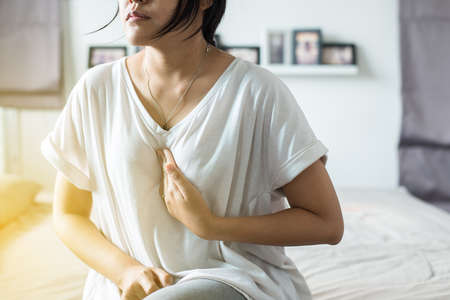 Photo pour Asian woman having or symptomatic reflux acids,Gastroesophageal reflux disease,Because the esophageal sphincter that separates the esophagus and stomach dysfunction - image libre de droit