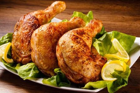 Photo pour Roast chicken legs and vegetables - image libre de droit