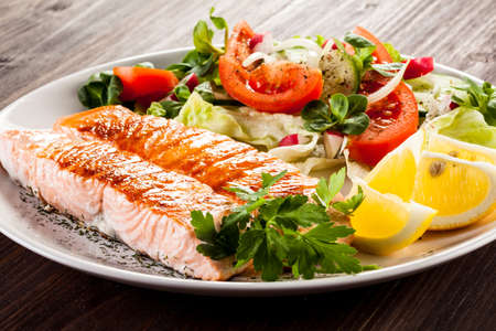 Foto per Grilled salmon and vegetables - Immagine Royalty Free