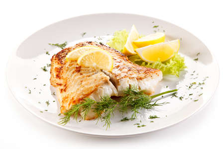 Foto de Fish dish - fried fish fillet and vegetables - Imagen libre de derechos