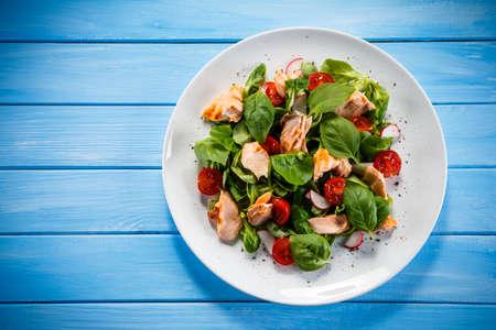 Photo pour Fish salad - grilled salmon and vegetables - image libre de droit