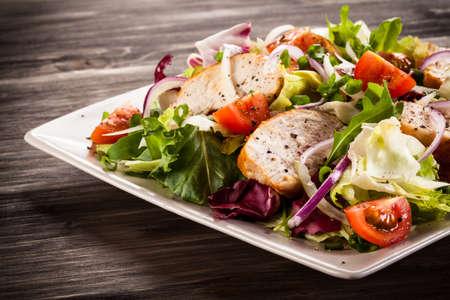 Photo pour Vegetable salad with grilled chicken - image libre de droit