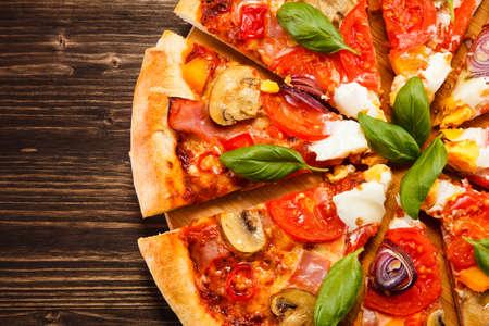 Photo pour Pizza with egg and mushrooms - image libre de droit