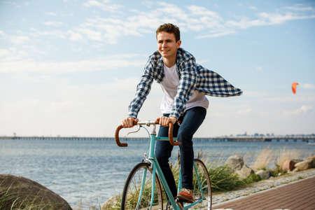 Foto de Young man biking on the beach - Imagen libre de derechos