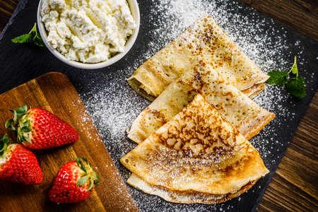 Foto de Crepes with strawberries and cream - Imagen libre de derechos