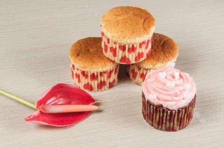 Foto de Tasty homemade cupcakes decorated for valentines day. - Imagen libre de derechos